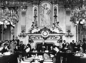 Foto de la delcaración Schuman , 9 de mayo 1949, que dio origen a las comunidades europeas-cuando nació la Comunidad Europea, la única mujer visible era la secretaria. Imagen cortesía de le EP think tank.